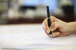書類に記入する手バナー